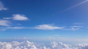 Puszysty niebieskiego nieba tło z chmurą 4k zbiory