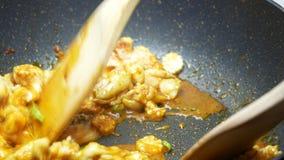 Put ha affettato il cereale ed i fagioli lunghi dell'iarda nel teflon nero filtrano e si mescolano fritto insieme alle spezie, pa archivi video