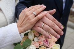 He Put the Wedding Ring on Her Royalty Free Stock Photos