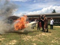 Putatan, Sabah 24 de abril de 2019: Treinamento b?sico da simula??o da luta contra o inc?ndio e da broca de fogo da evacua??o par imagens de stock