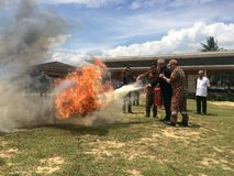 Putatan, Sabah 24 2019 Kwiecień: Podstawowy Pożarniczy bój i Ewakuacyjny Pożarniczego świderu symulacji szkolenie Dla bezpieczeńs obrazy stock