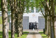 PUTEAUX, FRANCES - 10 MAI 2015 : mémorial des martyres de l'holocauste dans Puteaux sur lequel il écrit en français et hébreu Image stock