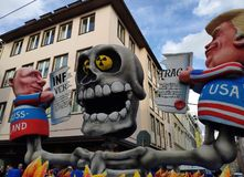 Putin en Troef die het inf contract vernietigen royalty-vrije stock afbeeldingen