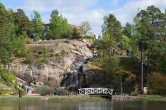 Putouskalli瀑布的看法在Sapokka水公园在一6月天 城市芬兰kotka横向公园岩石sapokka视图 免版税图库摄影