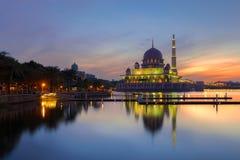 Putra清真寺在早晨布城,马来西亚著名清真寺  免版税库存图片