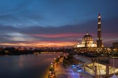 Putra清真寺在蓝色小时 免版税库存照片