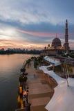 Putra清真寺在蓝色小时 免版税图库摄影