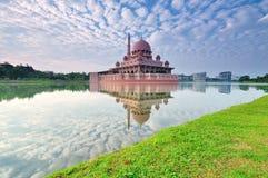 Putra清真寺的反射在布城马来西亚 免版税图库摄影