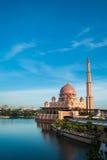Putra meczet lub menchii masjid w Putrajaya, Malezja Zdjęcia Royalty Free