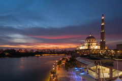 Putra meczet przy Błękitną godziną Zdjęcie Royalty Free