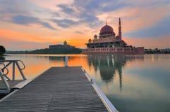 Putra-Moschee in Putrajaya, Malaysia an der Dämmerung Stockbilder