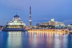 Putra-Moschee und Perdana Putra in Putrajaya am Abend Stockfotografie