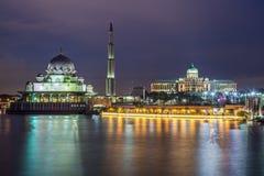 Putra-Moschee und Perdana Putra in Putrajaya bis zum Nacht Stockfoto