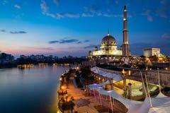 Putra-Moschee während der blauen Stunde Lange Berührung lizenzfreie stockbilder