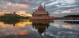 Putra moské, Malaysia på gryningdroppen fotografering för bildbyråer