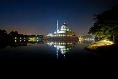 Putra moské, Putrajaya, Malaysia under soluppgång med reflexioner och blåtttimmar Arkivfoton