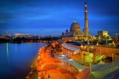Putra moské under blå timmesolnedgång Royaltyfri Bild