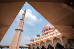 Putra moské & x28; Masjid Putra& x29; Arkivfoton