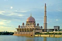 Putra moské i Putrajaya, berömd gränsmärke i Malaysia Fotografering för Bildbyråer