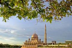 Putra moské i Putrajaya, berömd gränsmärke i Malaysia Arkivbilder