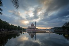Putra mosque from the lakeside view. Royalty Free Stock Photos