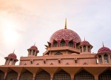 PUTRAJAYA - 29 DECEMBER: De Putramoskee op 29 December 2018, Putra-Moskee wordt of gekend als Roze moskee gevestigd in Putrajaya  royalty-vrije stock afbeeldingen