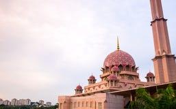PUTRAJAYA - 29 DECEMBER: De Putramoskee op 29 December 2018, Putra-Moskee wordt of gekend als Roze moskee gevestigd in Putrajaya  stock fotografie