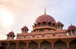 PUTRAJAYA - 29. DEZEMBER: Putra-Moschee auf 29 Jecember 2018, Putra-Moschee oder bekannt als rosa Moschee ist in Putrajaya Malays lizenzfreies stockfoto