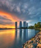 Große Architektur in Putrajaya während des Sonnenuntergangs und des Gewitters. Stockfoto