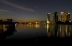 Putrajaya, Malásia 21 de fevereiro de 2015: Opiniões das construções do governo do parque úmido em Putrajaya durante a noite Imagem de Stock