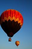 PUTRAJAYA, MALASIA - 14 de marzo, globo del aire caliente en vuelo en el 7mo Putrajaya aire caliente globo fiesta 14 de marzo de  Foto de archivo