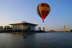 PUTRAJAYA, MALASIA - 14 de marzo, globo del aire caliente en vuelo en el 7mo Putrajaya aire caliente globo fiesta 14 de marzo de  Imagenes de archivo