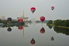 Balões que voam durante a 5a festa internacional 2013 do balão de ar quente de Putrajaya Fotos de Stock