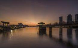 Putrajaya Malaysia 21 Februari 2015: Regerings- byggnadssikter från fukten parkerar på Putrajaya under solnedgång Royaltyfri Foto