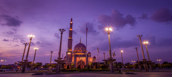 PUTRAJAYA, MALAYSIA - 2. Januar 2014: Putra-Moschee und Premierminister Büro von Malaysia Lizenzfreie Stockfotos