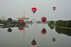Ballone, die während 5. internationaler Heißluft-Ballon-Fiestas 2013 Putrajayas fliegen Stockfotos