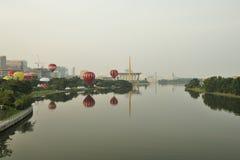 Ballone, die während 5. internationaler Heißluft-Ballon-Fiestas 2013 Putrajayas fliegen Lizenzfreie Stockfotos