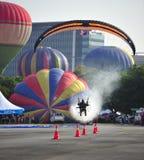 Det Paramotor squadflyget under den 5th hoade Putrajaya landskampen luftar ballongfiestaen 2013 Arkivfoton