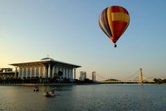 PUTRAJAYA MALEZJA, MARZEC, - 14, gorące powietrze balon w locie przy 7th Putrajaya gorącego powietrza balonu Międzynarodowy fiest Zdjęcia Stock