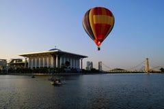 PUTRAJAYA MALEZJA, MARZEC, - 14, gorące powietrze balon w locie przy 7th Putrajaya gorącego powietrza balonu Międzynarodowy fiest Obrazy Stock