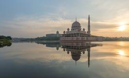 Putrajaya-Moscheengefangennahme bei Sonnenaufgang mit einer Reflexion auf Wasser lizenzfreies stockfoto