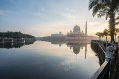 Putrajaya-Moscheengefangennahme bei Sonnenaufgang mit einer Reflexion auf Wasser stockfotografie