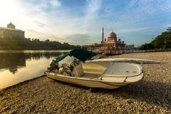 Putrajaya sjö med den Putra moskén i bakgrunden Royaltyfria Bilder