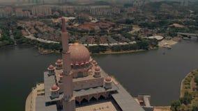 Putrajaya, Wilayah Persekutuan/Malasia - 1 de septiembre de 2018: Visión cinemática aérea en la mezquita de Putra con luz del sol