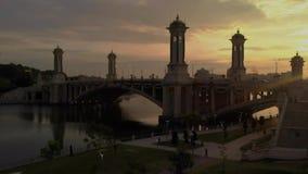Putrajaya, Wilayah Persekutuan/Malaysia - 31. August 2018: Film- von der Luftansicht bei Seri Gemilang Bridge With Beautiful-Sonn stock video footage