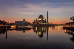 Putramoskee en Maleis Eerste ministerbureau tijdens zonsopgang in Putrajaya, Maleisië Stock Fotografie