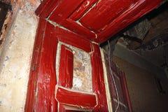 Putrefacción seca en marco de puerta imagenes de archivo