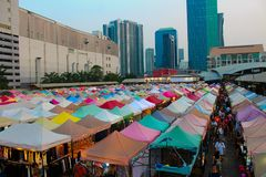 Putrefazione Fai Train Market di Ratchada a Bangkok, Tailandia immagine stock
