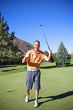 игрок в гольф делая putt успешной Стоковые Фотографии RF