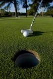 Putt corto del golf Imágenes de archivo libres de regalías